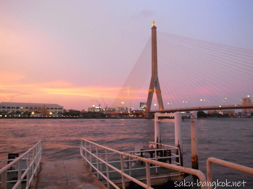 バンコクのラマ8世橋を望むリバーサイドレストランでタイ料理ディナー