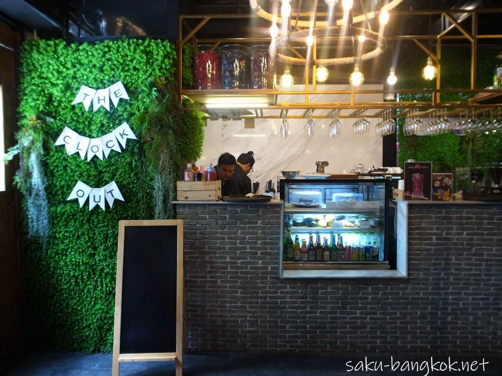 【THE CLOCK OUT(クロックアウト)】BTSウォンウェンヤイ駅近くのおしゃれなカフェ・レストラン