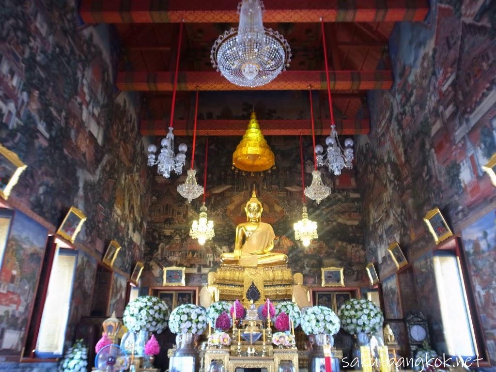ワット・アルンの本堂内の仏像