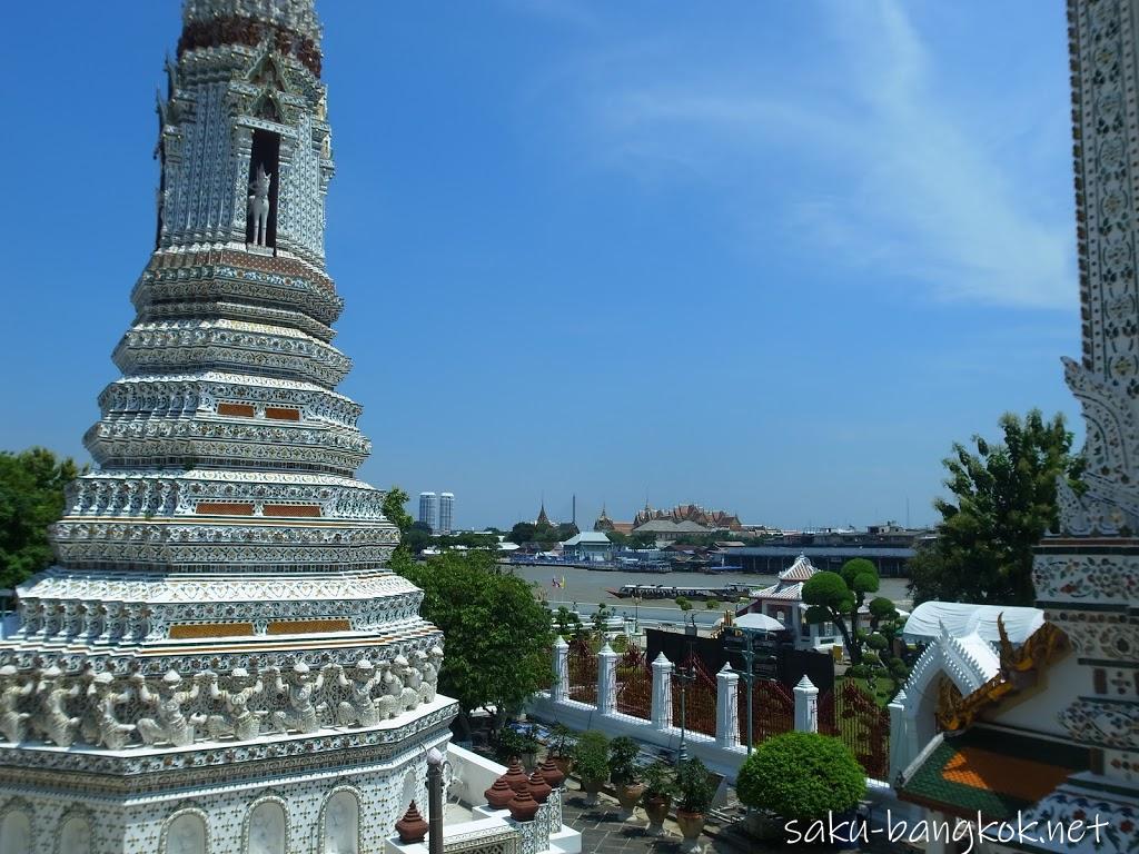 ワット・アルンの大仏塔の階段上からの眺め