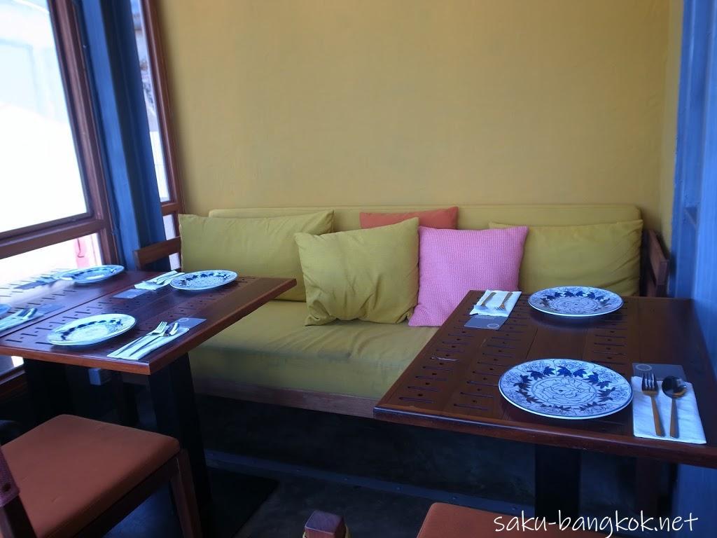 スパンニガーイーティングルームの内観(黄色いソファ席)