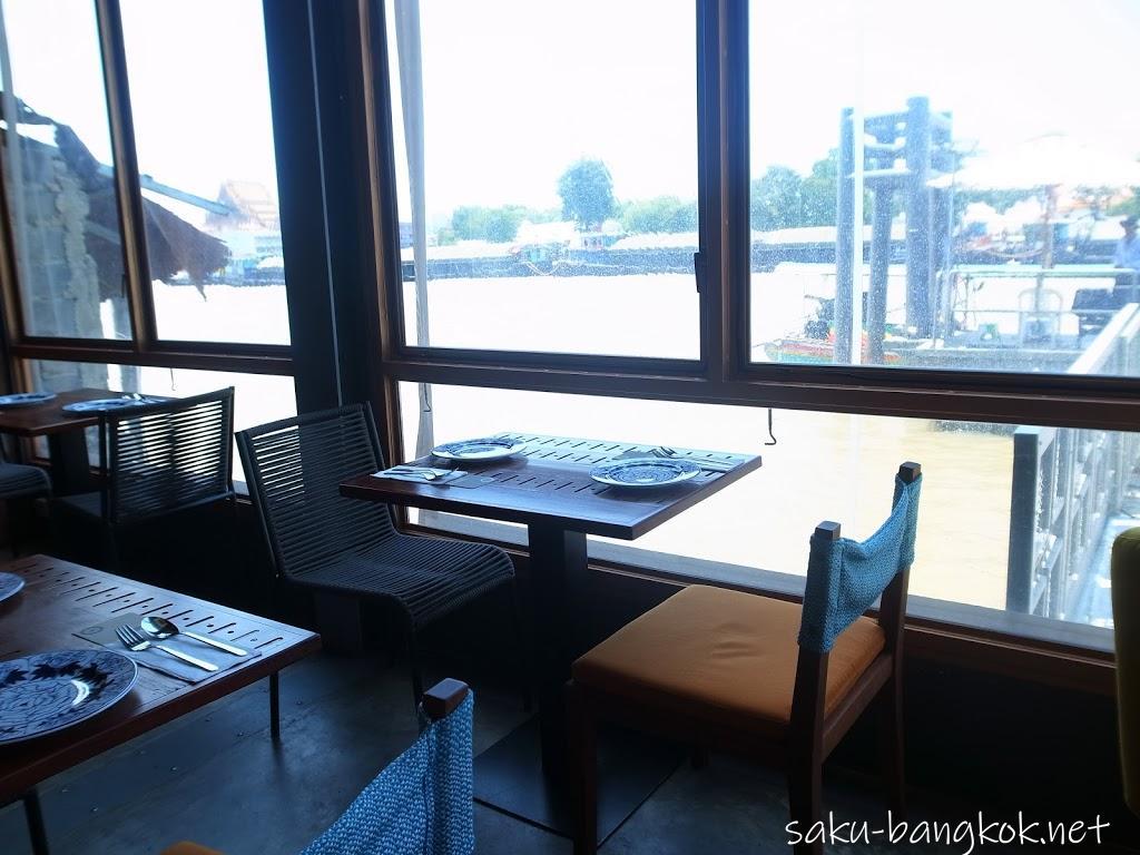 スパンニガーイーティングルームの内観(チャオプラヤー川を望む窓際の席)
