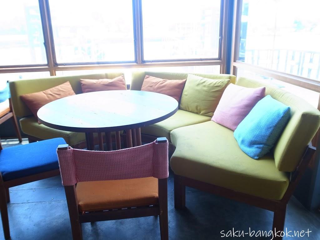 スパンニガーイーティングルームの内観(大きな円形の黄色いソファ席)