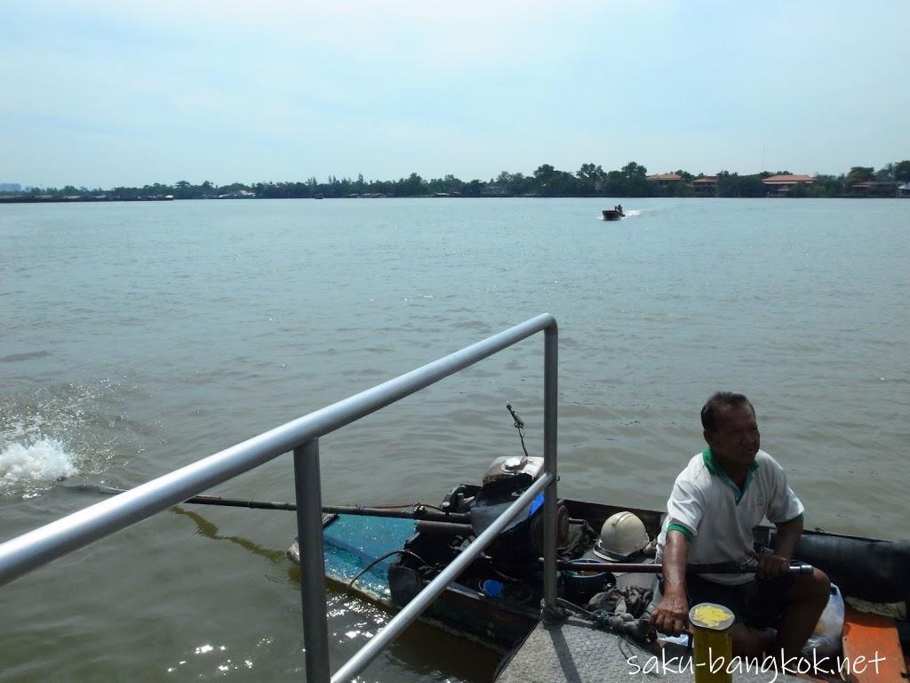 バーンガジャオに渡る小さな渡し船
