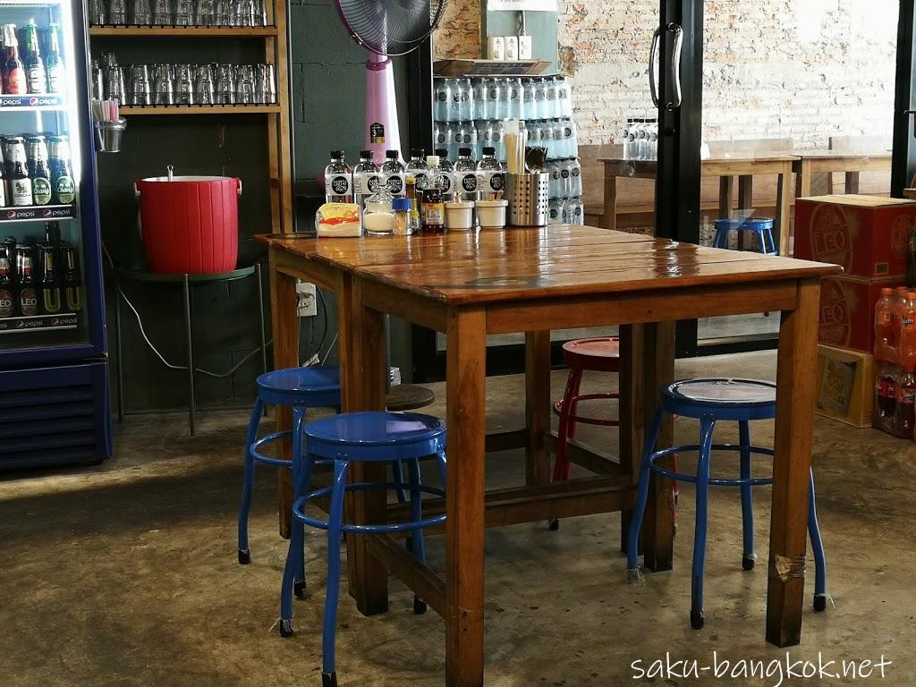 ホームドゥアンのテーブルと椅子