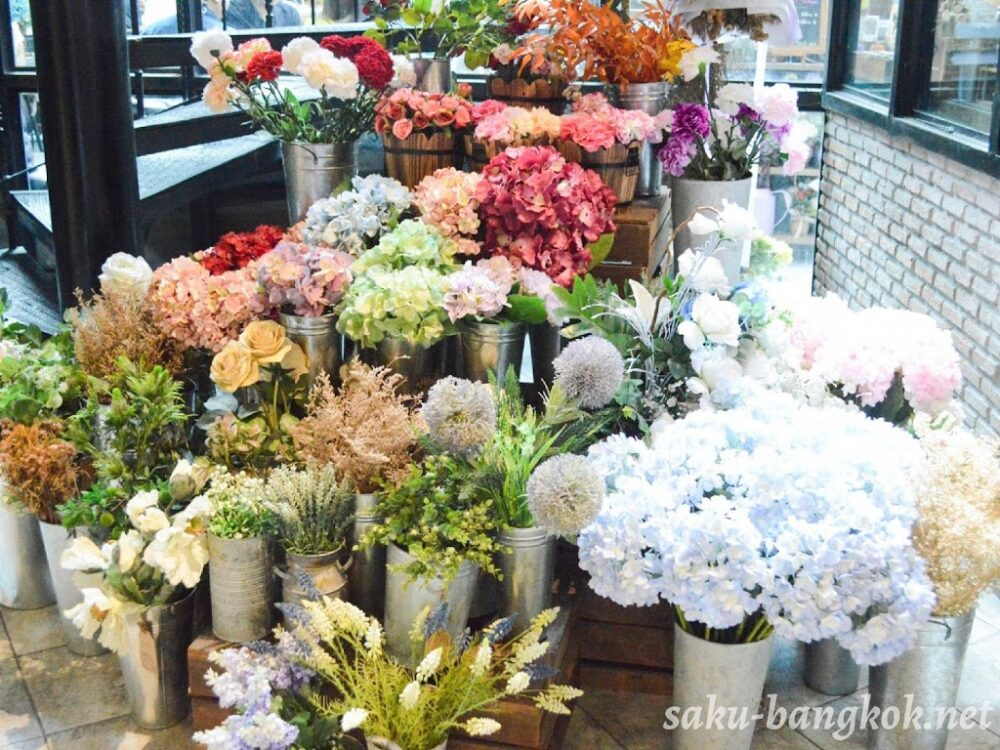 The Blooming Gallery(ザブルーミングギャラリー)前の花のディスプレイ