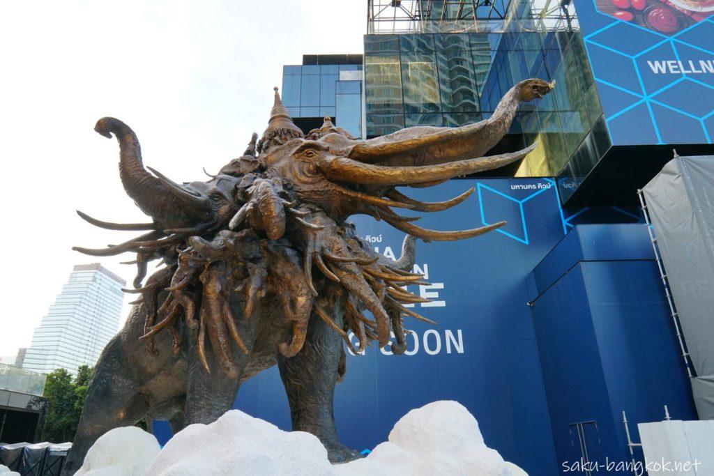 マハナコンタワー下のエラワン象の銅像