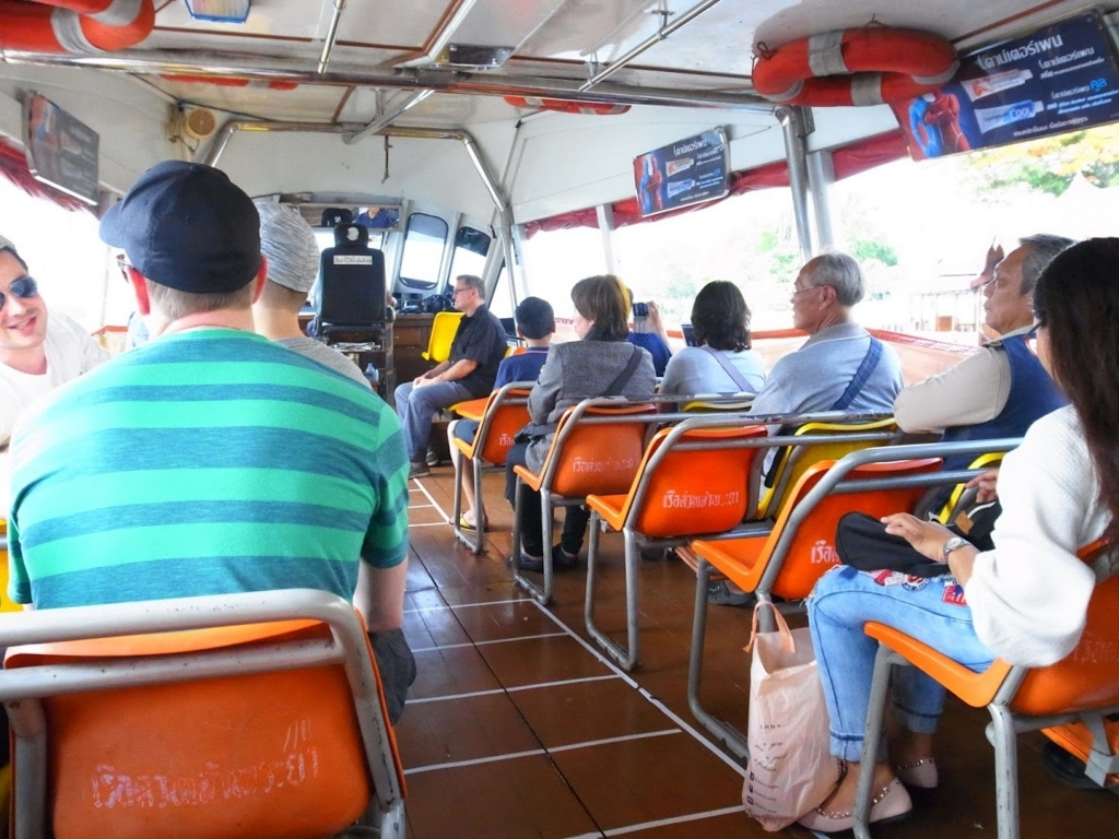チャオプラヤーエクスプレスボートの船の中の様子