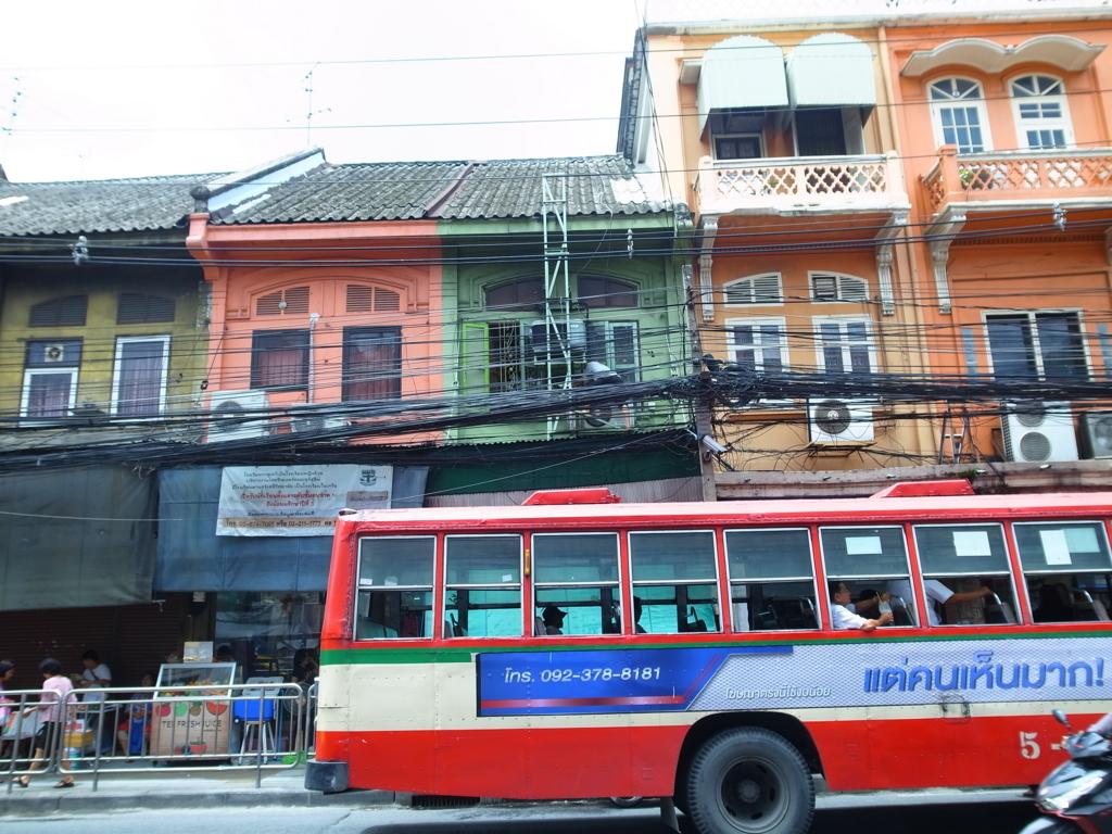 サパーンタクシン駅前を走るジャルンクルン通りの街並み