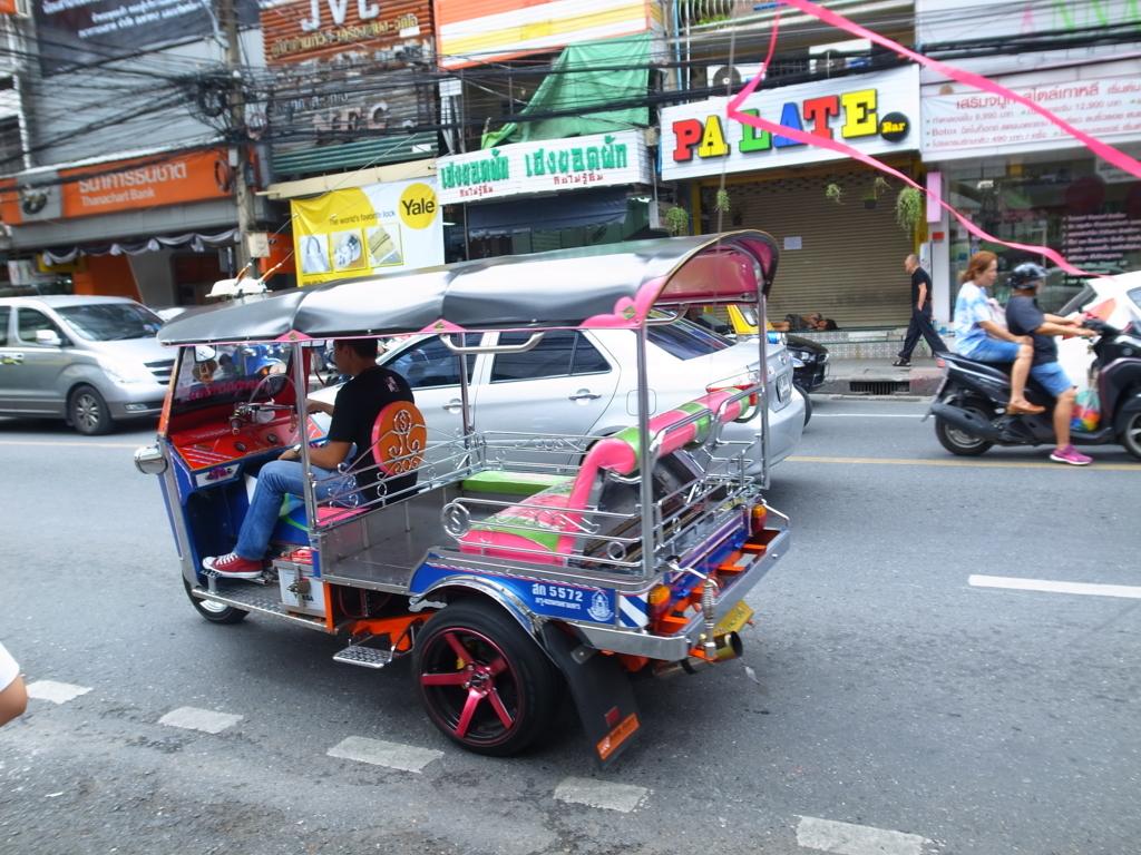 バンコクを疾走するトゥクトゥク