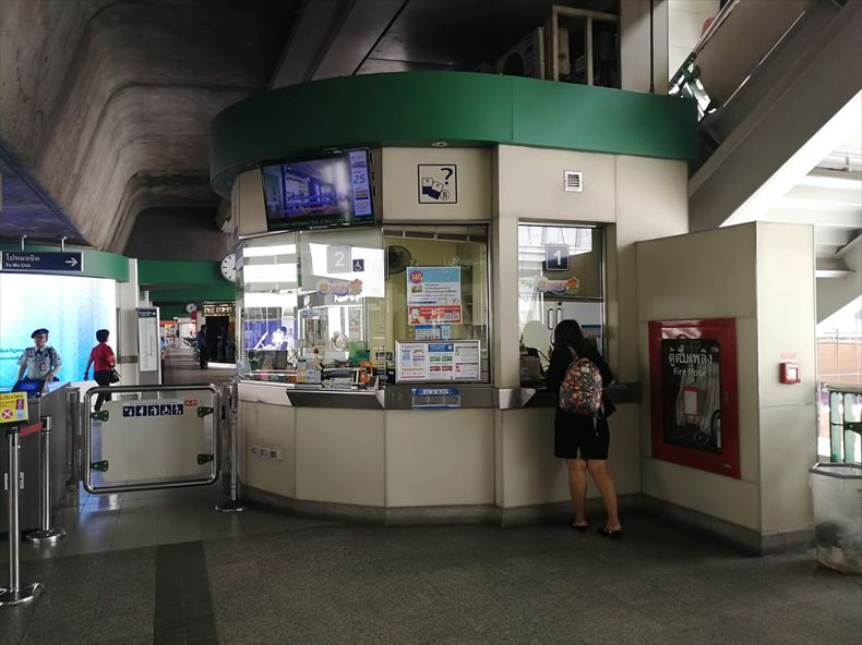 BTSの改札横の窓口(ワンデイパスとラビットカードの購入場所)