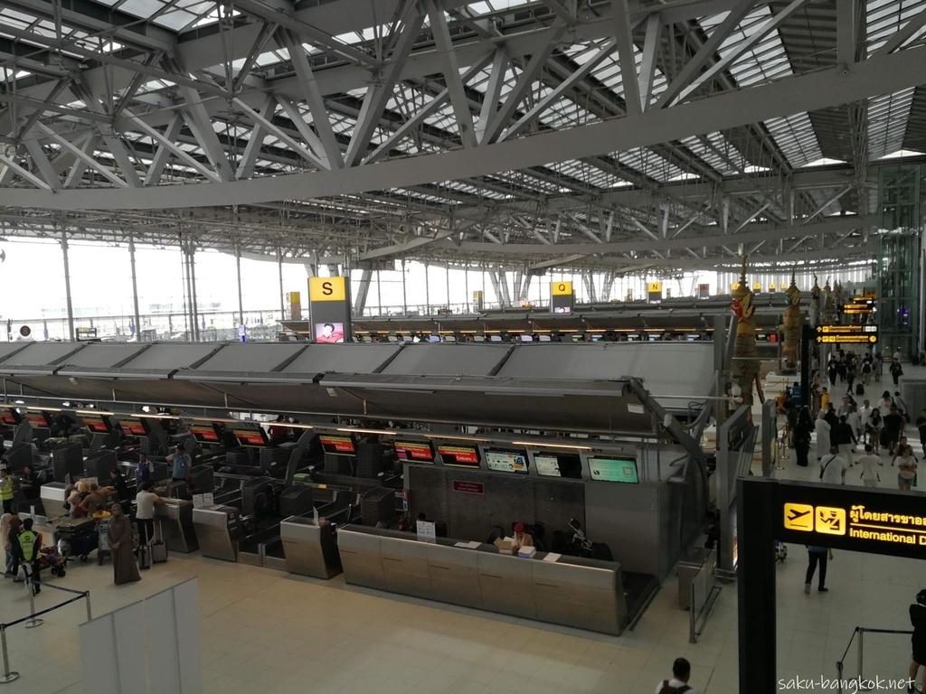 スワンナプーム国際空港のチェックインカウンター