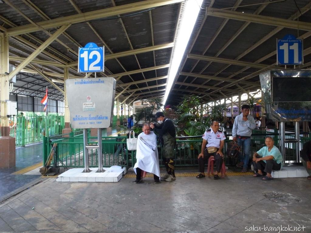 フアランポーン駅の無料散髪スペース