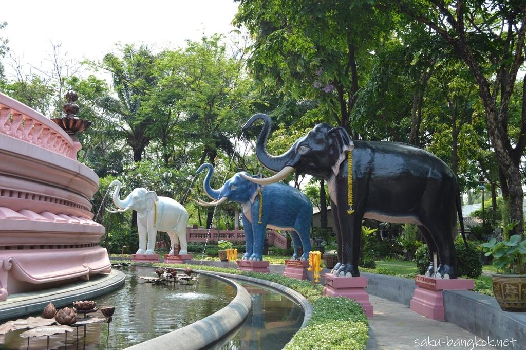 エラワンミュージアムの庭の象