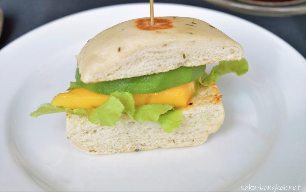 マンゴーとアボカドのサンドイッチ