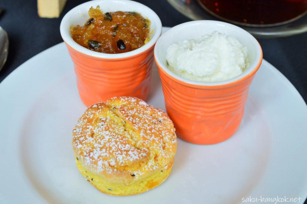 れでは、それぞれの料理を紹介していきますね。マンゴーとチアアシードのスコーン、ホイップクリームをマンゴージャム添え