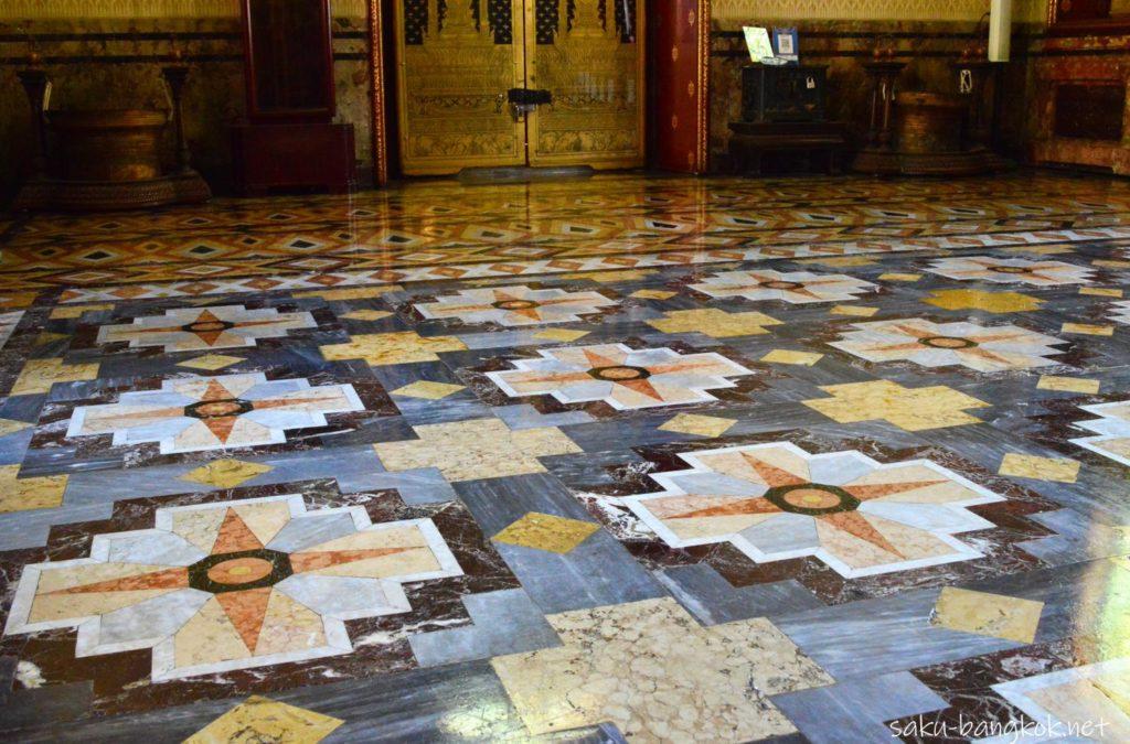 ワット・ベンチャマボピット(大理石寺院)の本堂の床