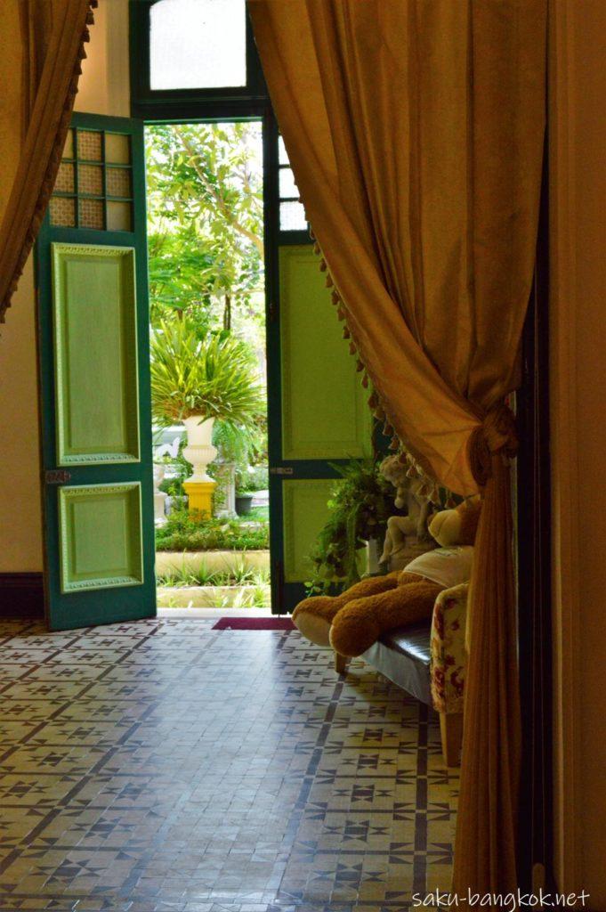 アバイブーベ博物館からハーブ園に続く扉