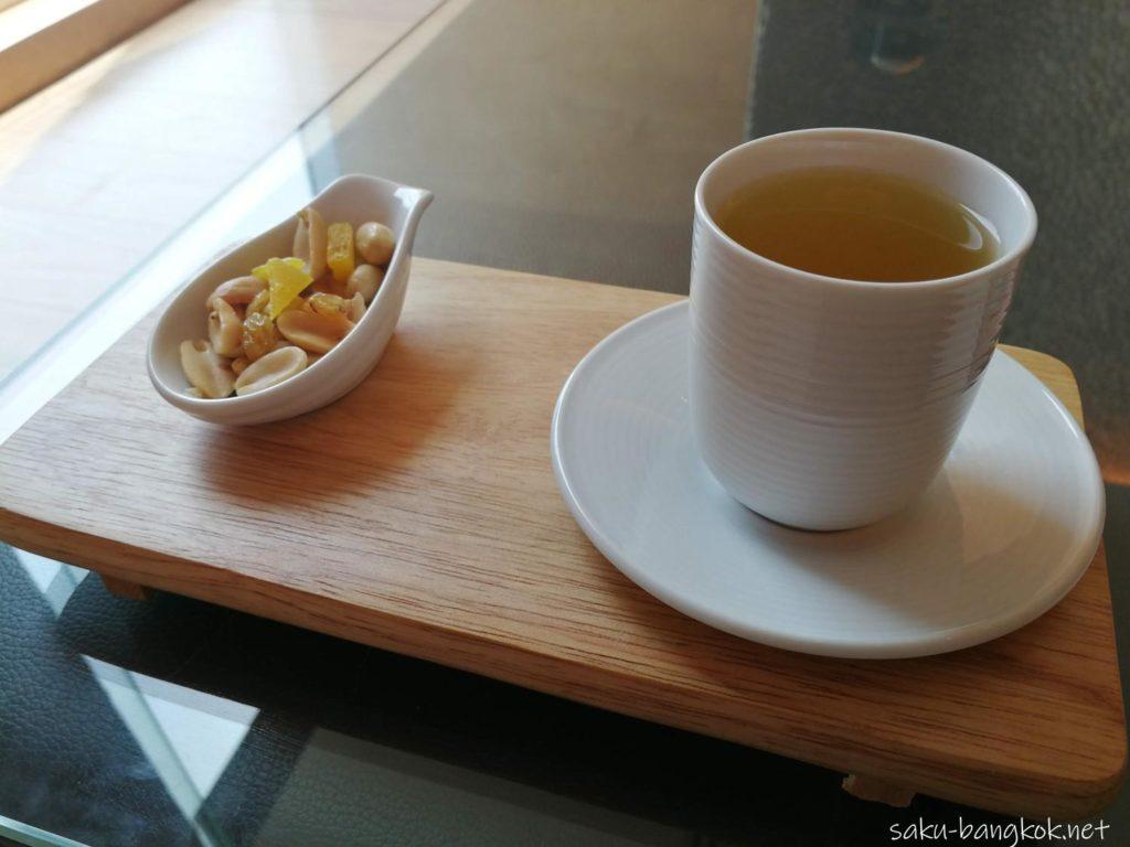 ルメリディアンバンコク スパの後のお茶とドライフルーツ