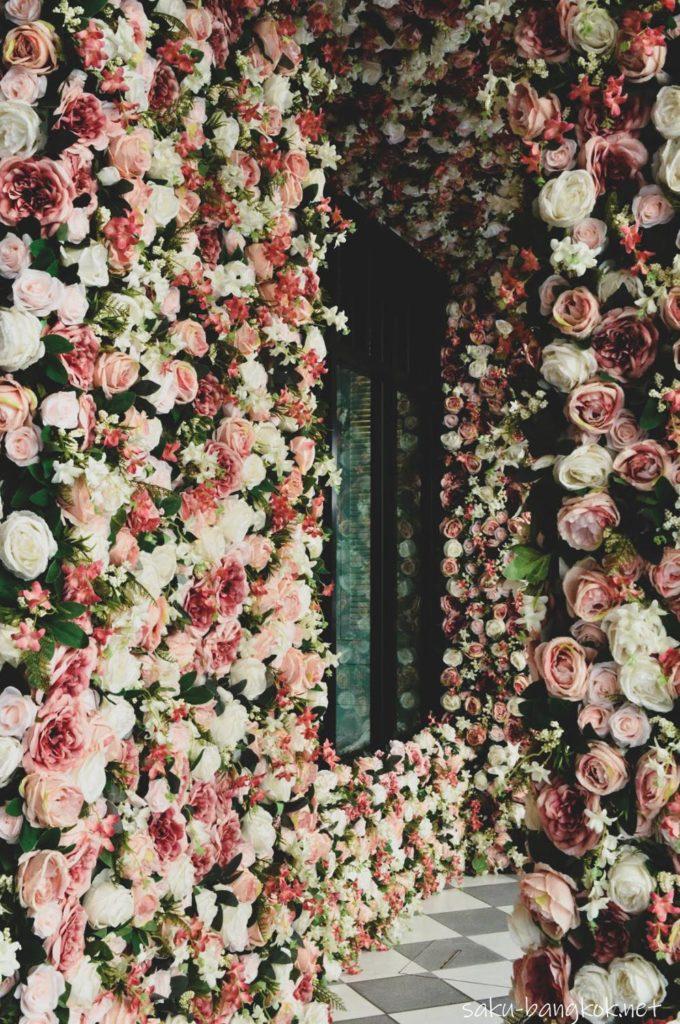 Kメゾンブティックホテルの花いっぱいの通路