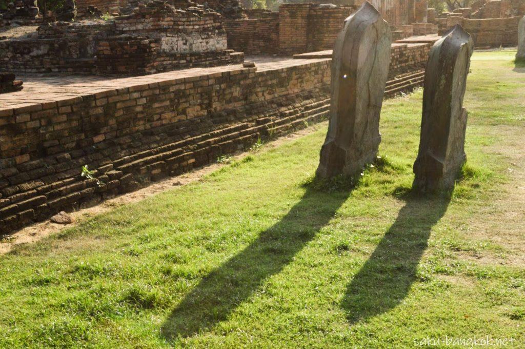 王室関係のお寺特有の2枚の結界石