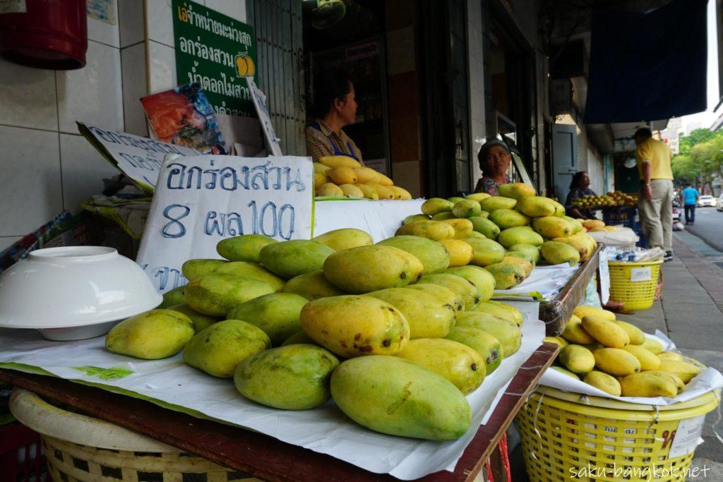ゴーパーニットの店先で売っているマンゴー