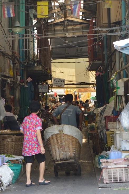 市場で働く人々