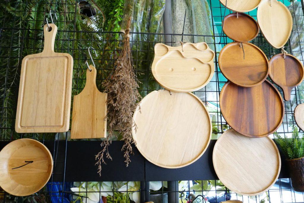 チャトゥチャックウィークエンドマーケットの木製食器の店 カッティングボード