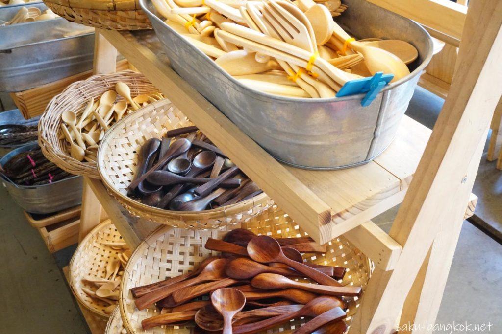 チャトゥチャックウィークエンドマーケットの木製食器の店 カトラリー