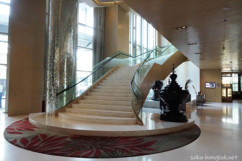 Bangkok Marriott Hotel SukhumvitのロビーからThe Districtに続く階段