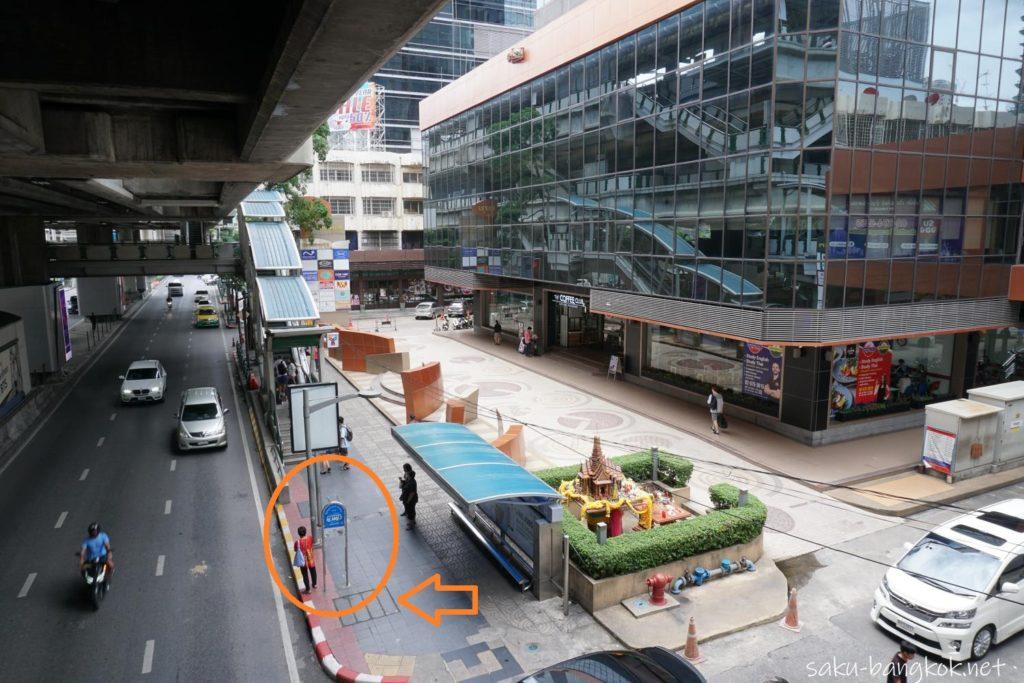 プルンチット駅2番出口前のシャトルバス乗り場