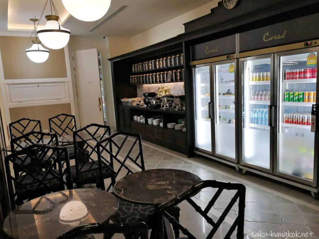 プーケット空港国内線・プライオリティパスラウンジ ドリンクと食べ物のコーナー