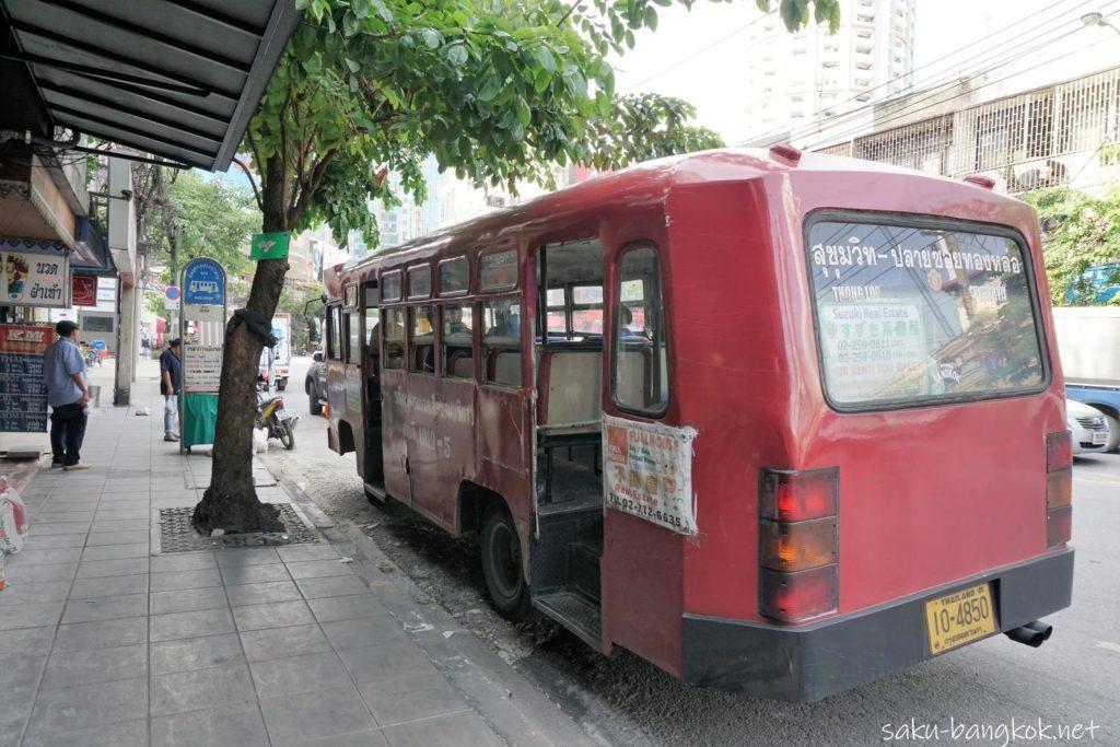 トンロー通りの赤バス
