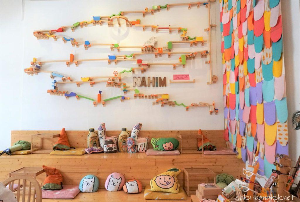 Nahim Cafe(ナヒムカフェ)の壁面装飾