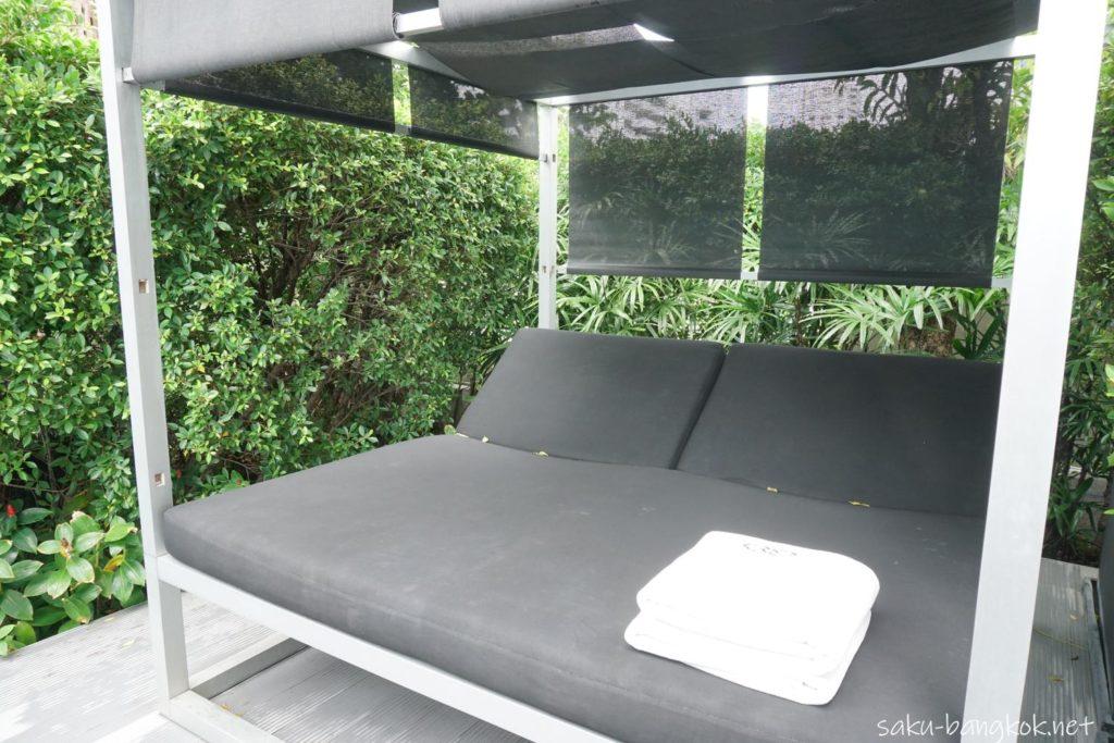 ソフィテルバンコクスクンビットのプールサイドベッド