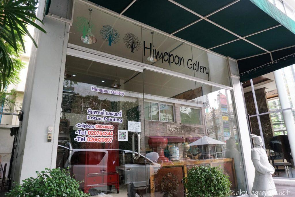 バンコクで蓮の葉キャンパス色付け体験を行うヒマパンギャラリー