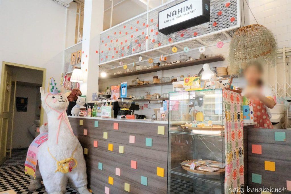 大きなアルパカのぬいぐるみのあるNahim Cafe(ナヒムカフェ)のカウンター