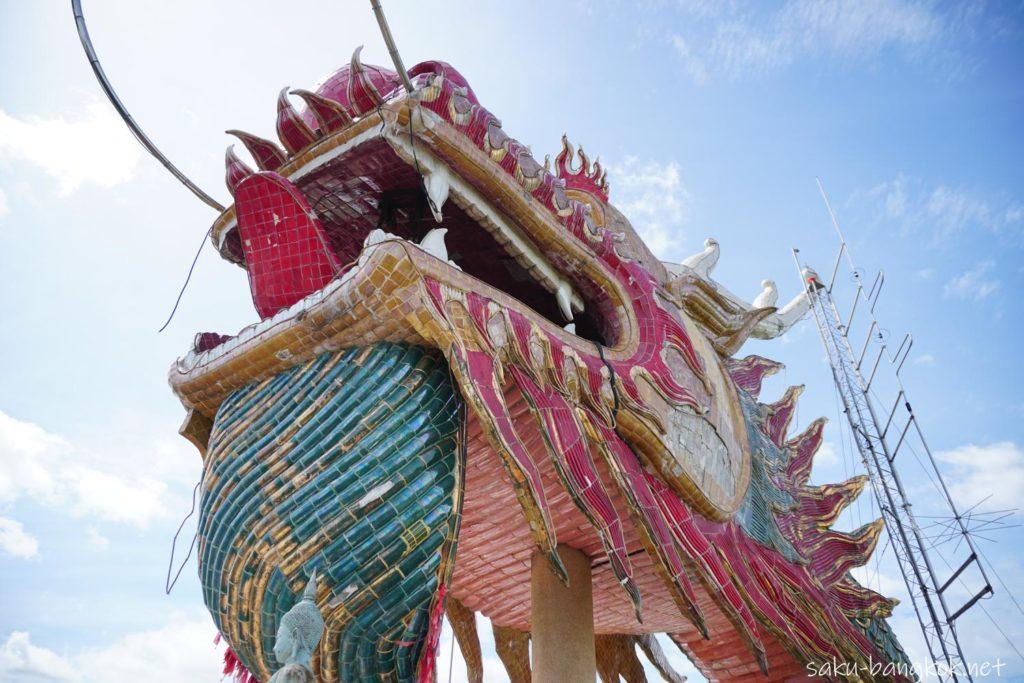 ナコンパトムの龍の寺「ワットサンプラン」頂上のドラゴン