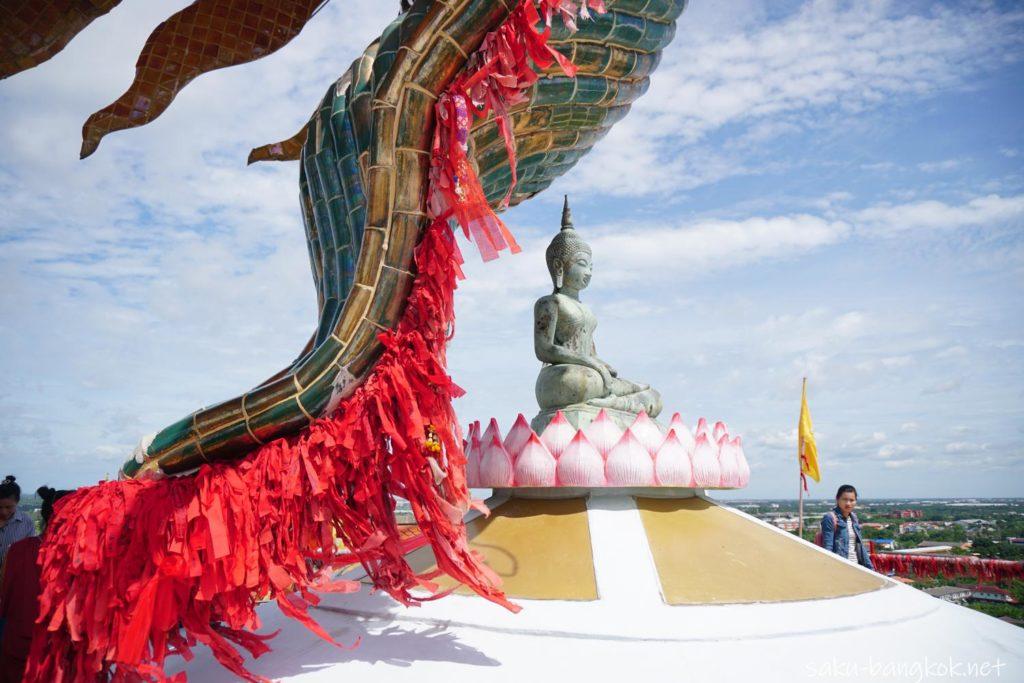ナコンパトムの龍の寺「ワットサンプラン」赤いリボンを結ぶところ