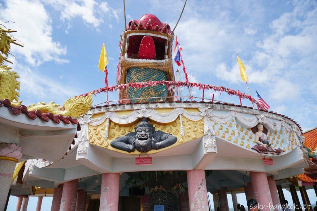 ナコンパトムの龍の寺「ワットサンプラン」小銭を投げ入れるスポット