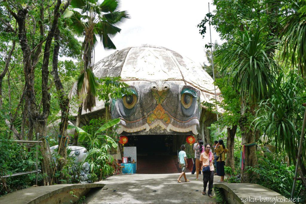 ナコンパトムの龍の寺「ワットサンプラン」巨大な亀