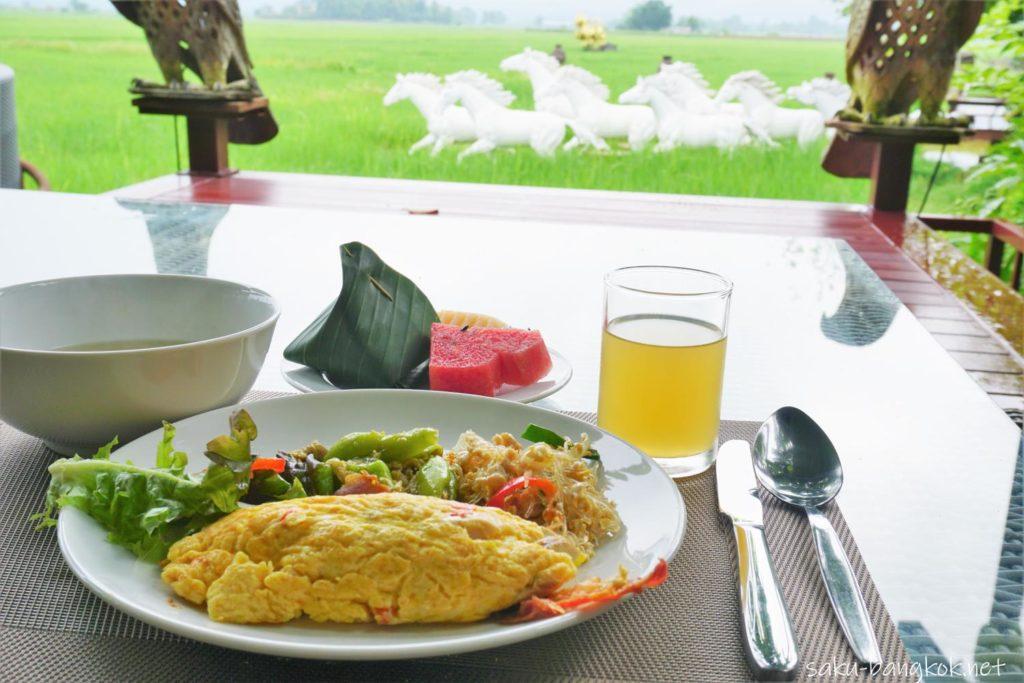 自然の中でいただくPhusanfah Resortの朝食