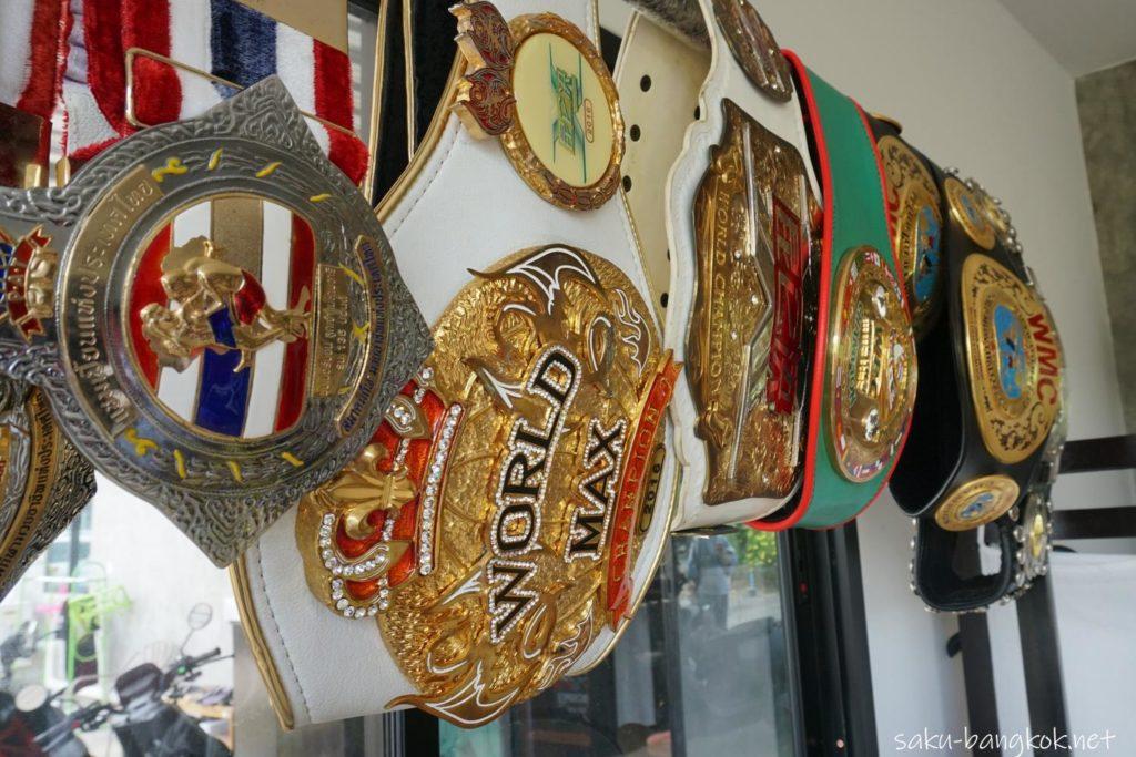 ブアカーオビレッジの売店内に飾ってある、ブアカーオのチェンピオンベルト