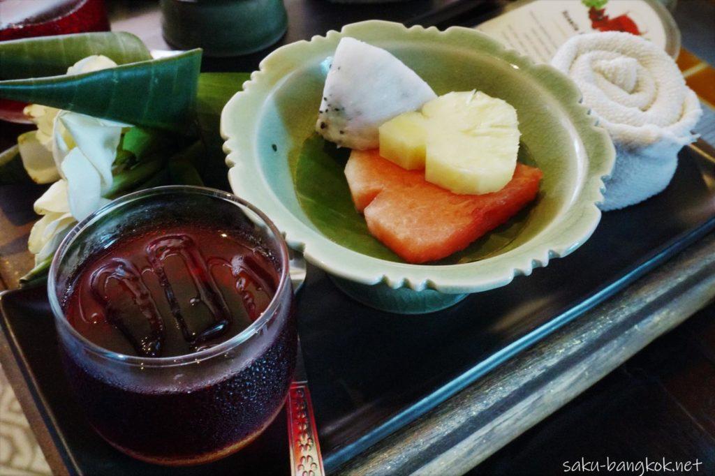 チェンマイのスパ【Zira Spa】施術前のお茶とフルーツ