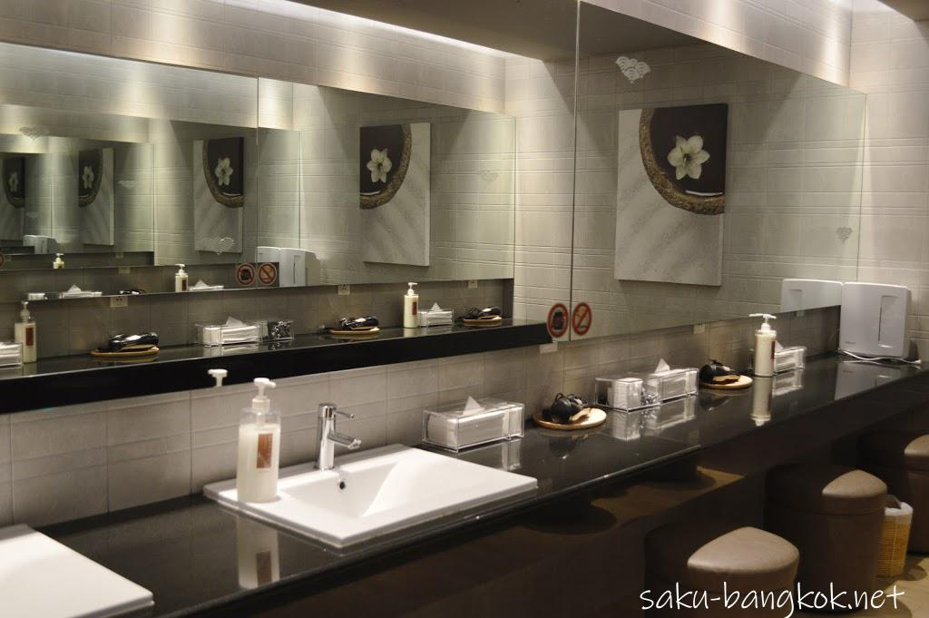 バンコク・レッツリラックス温泉&スパ ロッカールームの洗面台