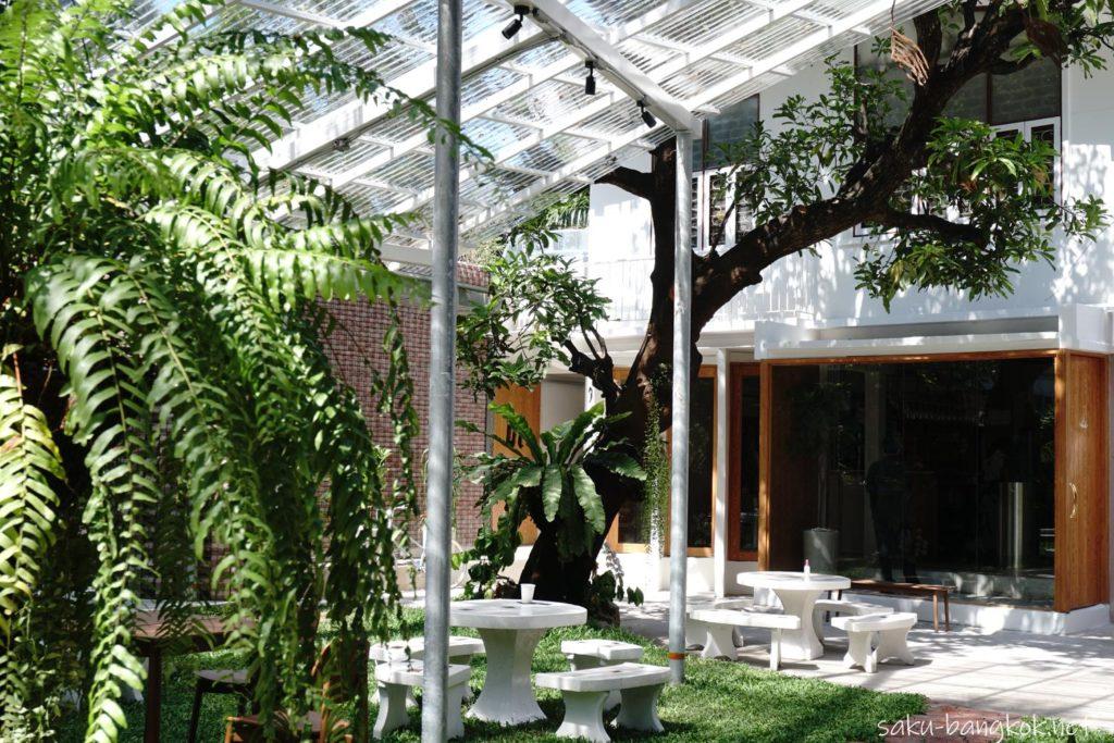 バンコク・トンロー駅そばのナチュラルカフェ【h______dining】の庭
