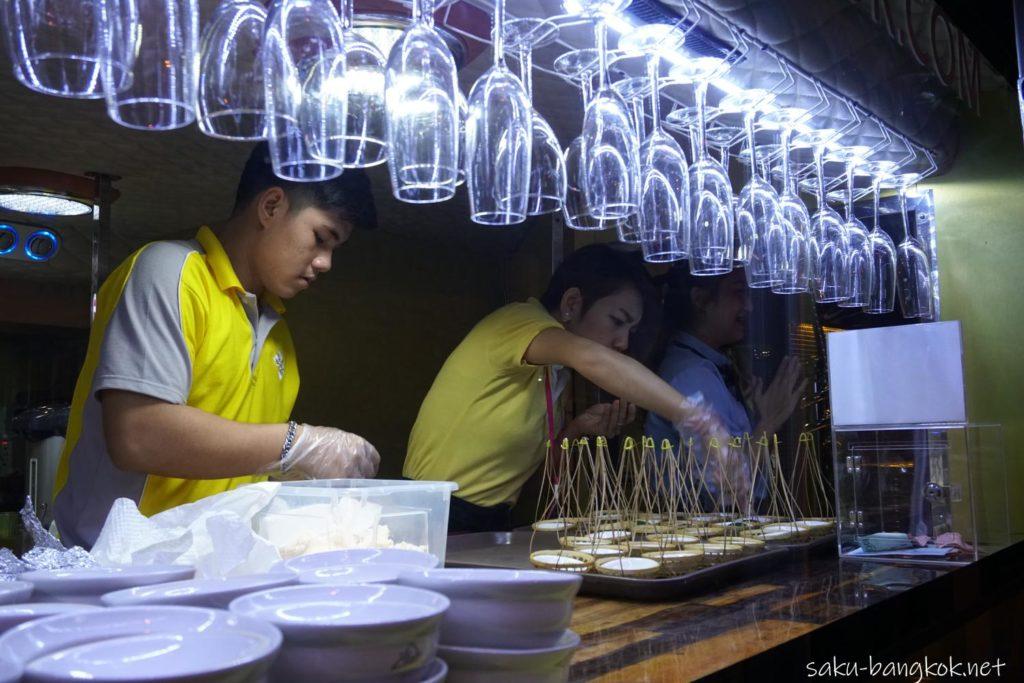 タイバスフードツアーのバスの1階キッチン