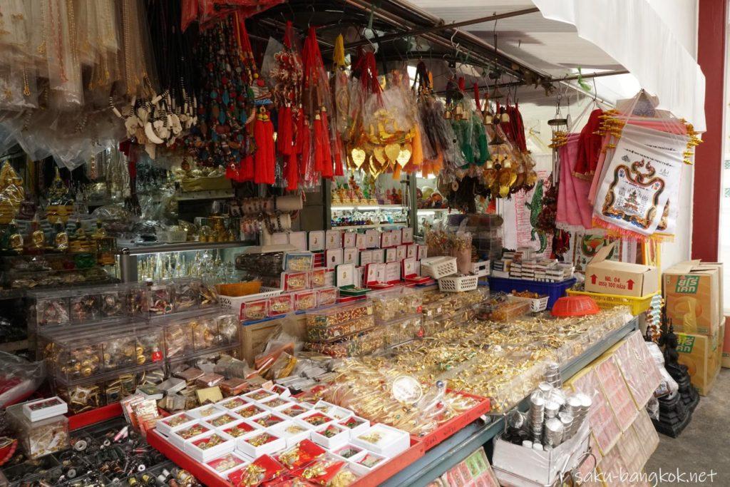 【ローハプラサート】ワット ラチャナダラムのプラクルアン(お守り)売り場