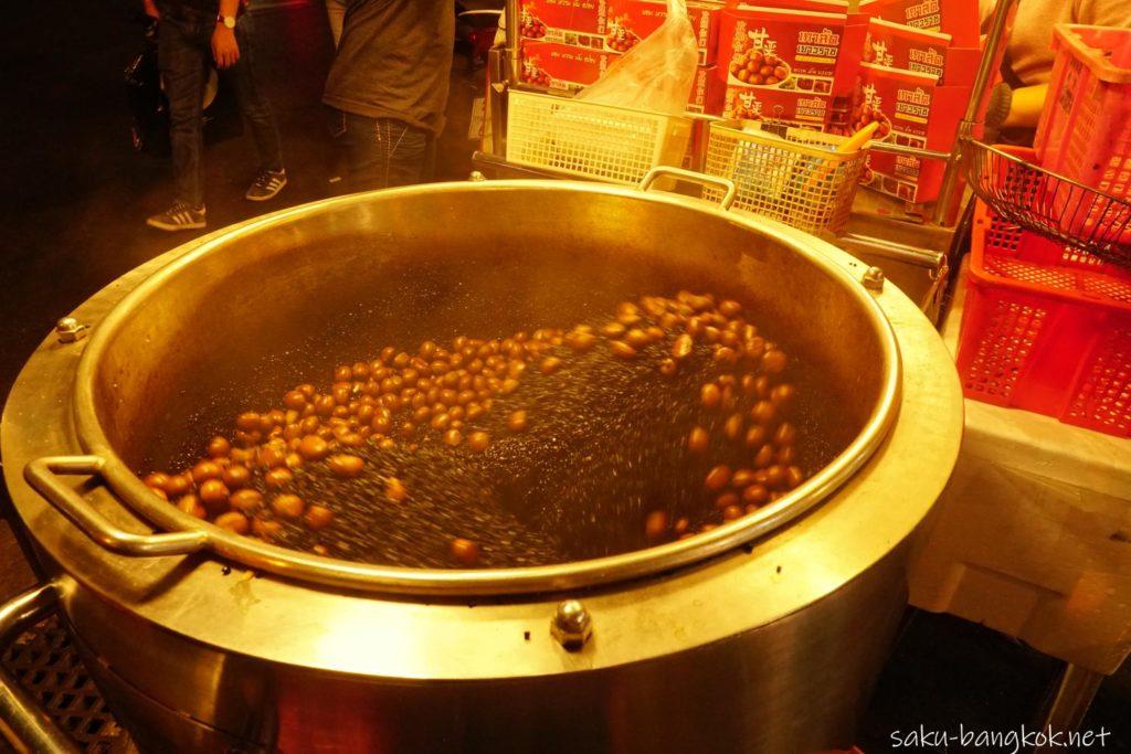 夜の中華街ヤワラートで売っている甘栗