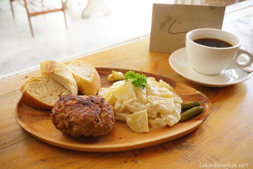 バンコク・アーリーのベーカリーカフェLandhaus Bakeryのハンバーグ